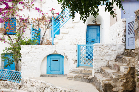 키 클라 데스에 건축. 그녀의 일반적인 파란색 문과 화이트 하우스 그리스 섬 건물. 스톡 콘텐츠
