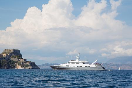 super yacht: Paesaggio: di lusso di grandi dimensioni super-o mega yacht all'ancora in Corf� - Grecia.