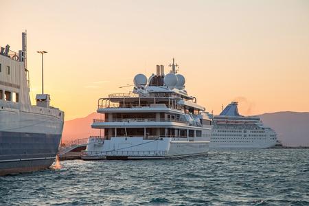 super yacht: Lusso grande yacht a motore super-mega o la sera sul tramonto. Archivio Fotografico