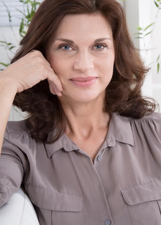 blusa: Retrato de un feliz atractiva mujer de mediana edad.