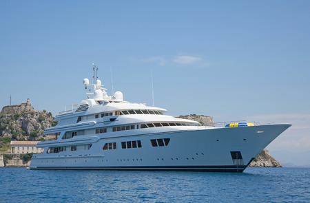 millonario: Lujo gran yate motor súper o de mega en el océano azul.