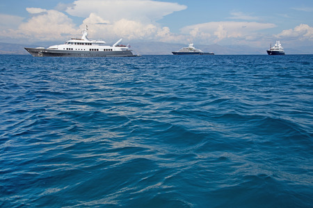 super yacht: Lusso grande yacht a motore super-mega o nel mare blu.