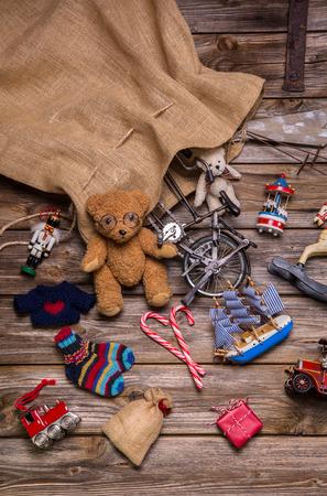 juguetes de madera: Los presentes y los regalos de saco de Santa Claus: antiguos juguetes de madera antigua para los ni�os. Mirada de la vendimia.