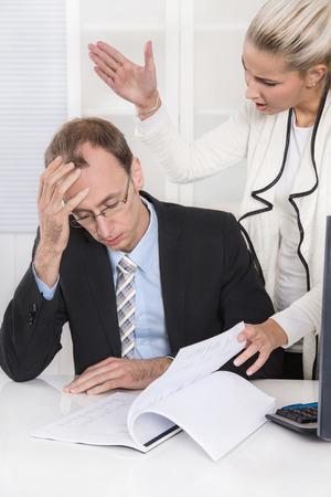 violence in the workplace: Aflicci�n y acoso bajo colegas de negocios: la intimidaci�n y el hombre y la mujer chisme. Foto de archivo