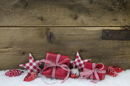 Presenteert voor kerst in rood wit geblokte kleur op houten oude landelijke stijl achtergrond.