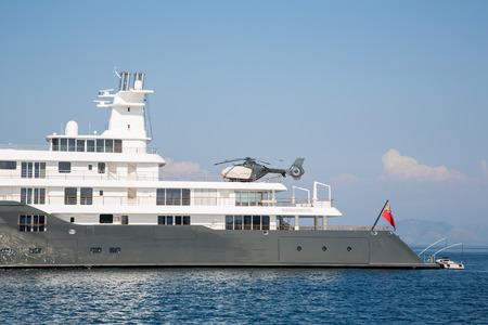 super yacht: Gigantesco grande e grande mega lusso o super yacht. Investimenti per milionari o miliardari. Archivio Fotografico