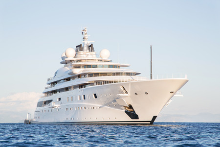 gigantesque: Gigantesque grand et grand m�ga luxe ou yacht � moteur de super sur l'oc�an bleu.