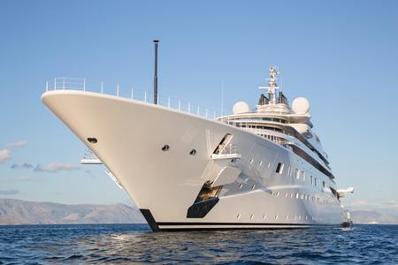 gigantesque: Gigantic grand et grande m�ga luxe ou yacht � moteur de super sur l'oc�an bleu.