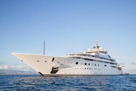 Gigantesque grand et grand méga luxe ou yacht à moteur de super sur l'océan bleu.