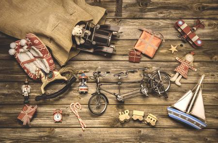 Vintage kerst decoratie: oude nostalgische kinderen speelgoed op houten rustieke achtergrond. Stockfoto