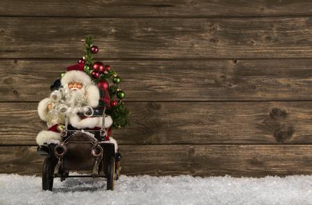 carro supermercado: Santa Claus: Decoración de Navidad de la vendimia sobre fondo de madera marrón.