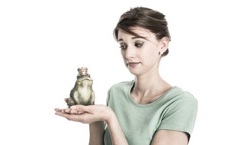 mujer decepcionada: Historia del rey de la rana - mujer joven aislado en el concepto de amor. Muchacha triste y decepcionado con el coraz�n roto.