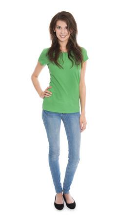 Aislado mujer delgada joven en azul y verde en rodaje de todo el cuerpo sobre fondo blanco.