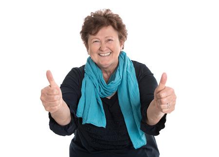Grand-mère drôle enthousiaste et heureux faisant coup de pouce geste avec deux doigts.