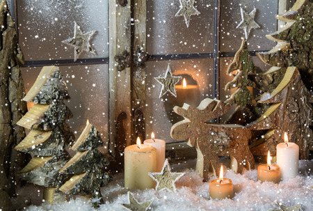 Natural christmas window decoration with handmade reindeer and trees of wood. Stok Fotoğraf - 31173823
