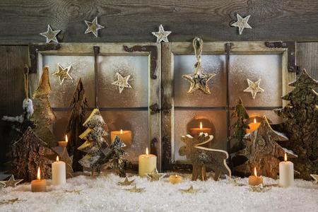 Natural décoration de Noël fait à la main de bois en plein air dans la fenêtre avec des bougies. Idée pour une carte de voeux.