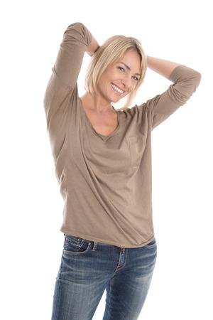 Portret van een tevreden geïsoleerde aantrekkelijk en rijpe blonde vrouw over wit.