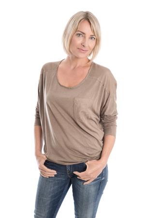the middle ages: Una más vieja mujer atractiva en los cuarenta años vistiendo jeans azul y camisa.