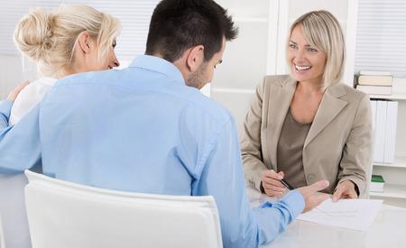 Pareja joven tiene una cita con un banquero o asesor de los acuerdos de jubilación.