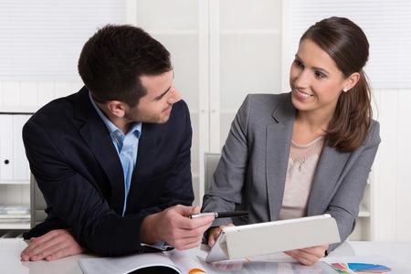 Jeunes consultants retenus travail que l'équipe de l'entreprise dans un bureau des documents d'analyse.