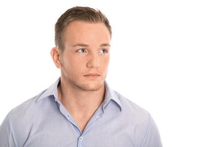 Portrait: isolé homme réfléchi, en chemise bleue et taches de rousseur.