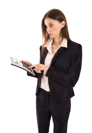 caras emociones: Mujer sorprendida sobre el aumento de los costos de la celebración de una calculadora de bolsillo en la mano.