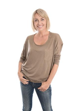 Gelukkige midden oude blonde vrouw in blauwe jeans geïsoleerd dan wit.