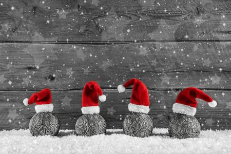 크리스마스 공에 4 개의 산타 모자와 회색 축제 나무 크리스마스 배경.