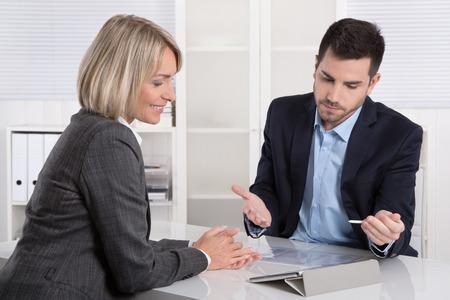 Business team di successo o di cliente e cliente in un incontro o discussione. Archivio Fotografico