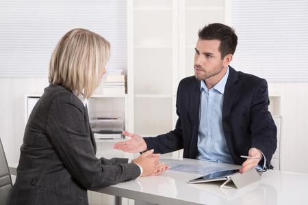 Erfolgreiche Business-Team oder Kunde und Client in einem Meeting oder Diskussion. Standard-Bild - 33194859