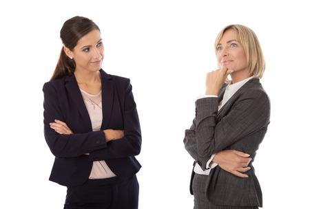 Zwei isolierte Geschäftsfrau, die zusammen sprechen. Standard-Bild