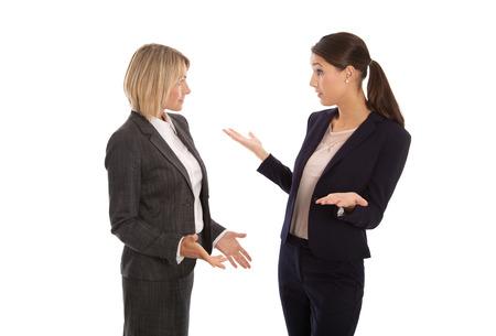 lenguaje corporal: Dos aislado mujer de negocios hablando juntos. Foto de archivo