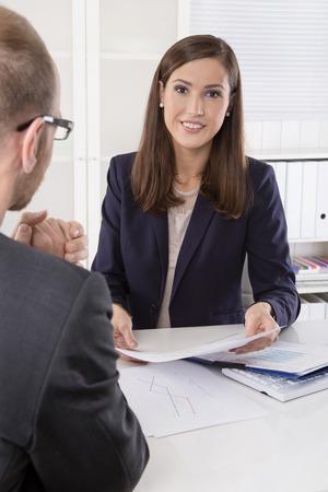 Client et l'agent assis à son bureau dans une réunion ou une collaboration réussie dans l'homme et la femme dans le bureau.
