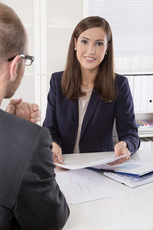 Client et l'agent assis à son bureau dans une réunion ou une collaboration réussie dans l'homme et la femme dans le bureau. Banque d'images - 33747260