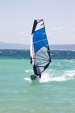 windsurfing: Windsurf: Windsurfer en vacaciones de verano en el océano azul.