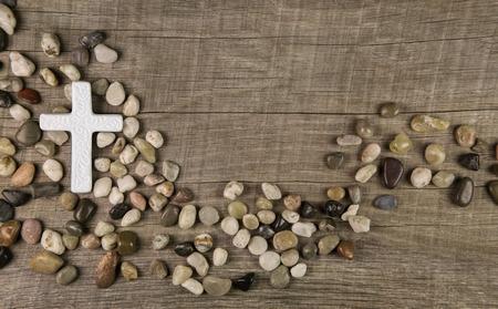 Croix de pierres sur fond de bois pour condoléances ou deuil cartes. Banque d'images - 34641994