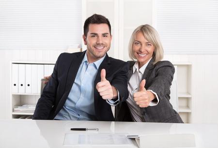 Erfolgreiche männliche und weibliche Business-Team oder glücklich Geschäftsleute machen Empfehlung Geste.