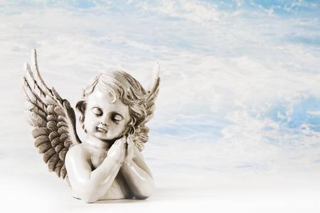 Triest huilende engel op een achtergrond voor een wenskaart. Stockfoto