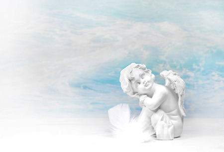 battesimo: Sognando angelo bianco: sfondo condoglianze o idea per un biglietto di auguri. Archivio Fotografico
