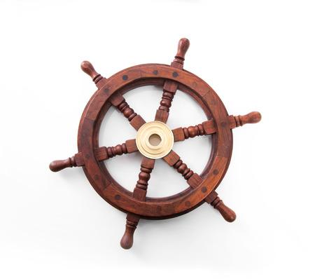 Vieille roue bateau direction isolé sur le fond blanc.