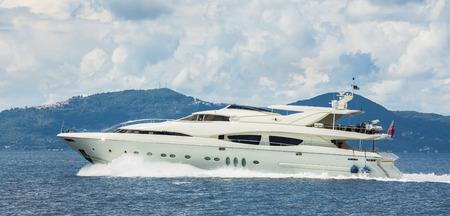 MOTORIZADO: El lujo y yates a motor caro en el mar o el océano azul.