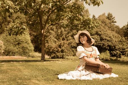 ragazza innamorata: Ragazza tailandese con il suo bagaglio di indossare un bel vestito estivo stile country.