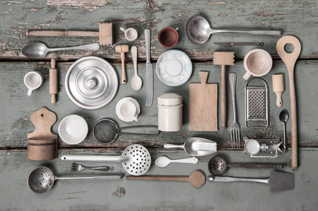 équipement: Miniatures anciennes de matériel de cuisine pour la décoration dans le style vintage. Banque d'images