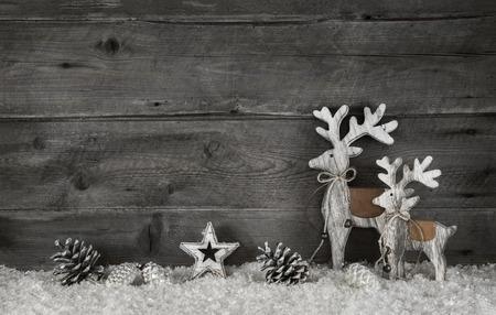 Houten kerst achtergrond in shabby chic stijl in grijs en wit met elanden.