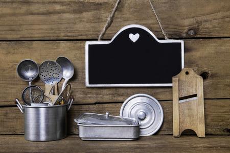 cocina antigua: Tarjeta del menú con viejos utensilios nostálgicos para la cocina. Decoración de estilo rural para restaurantes y hoteles. Foto de archivo