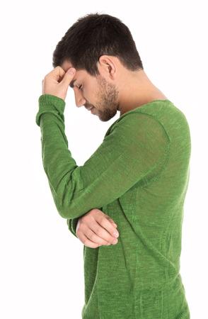 depresión: Hombre pensativo o depresivo aislado más de blanco que llevaba un jersey verde. Foto de archivo