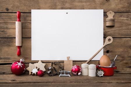 Biscuits de Noël faits maison. Cuisson avec biscuits recettes propres. Fond en bois avec plaque blanche pour la publicité. Banque d'images