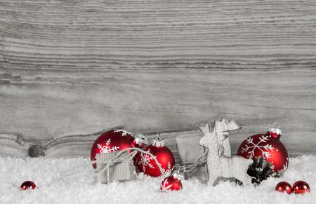 madera rústica: fondo de madera gris con la decoración de navidad clásico blanco y rojo. Foto de archivo