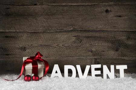 adviento: Navidad caja de regalo con la cinta roja clásica o arqueamiento en el fondo de madera rústica con la llegada de las cartas para las decoraciones.