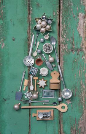 Décoration de Noël vert. Arbre de Noël à l'ancienne miniature en bois et antique pour la cuisine. Banque d'images - 43815149